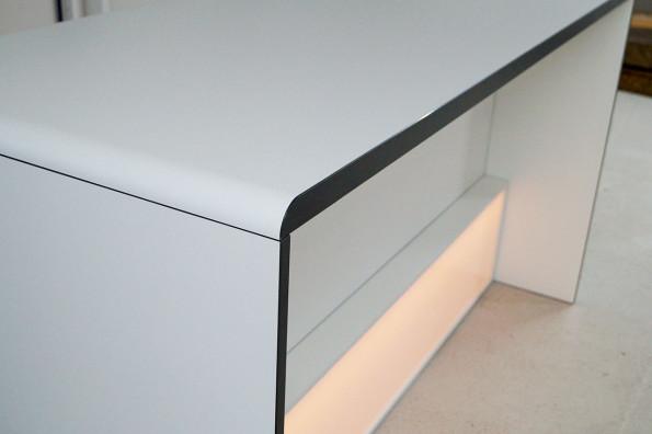 dinnertisch-mit-radius-deckplatte-led-licht